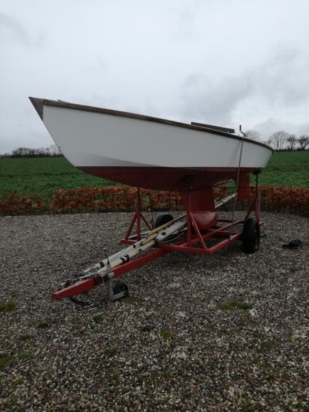 Sejlbåd med bådvogn