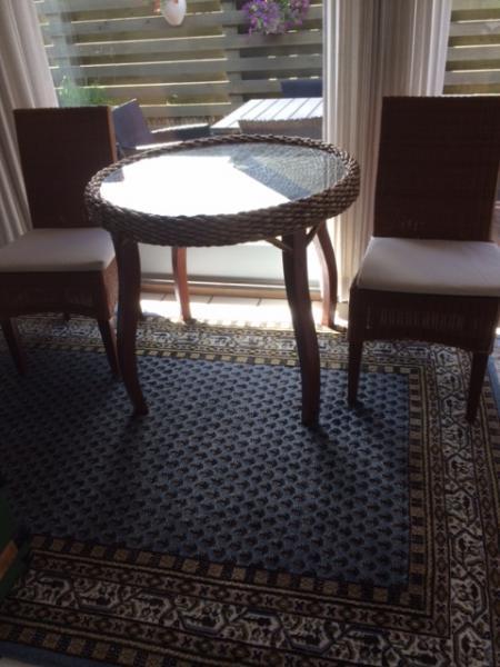 Bord m/glasplade + 2 stole