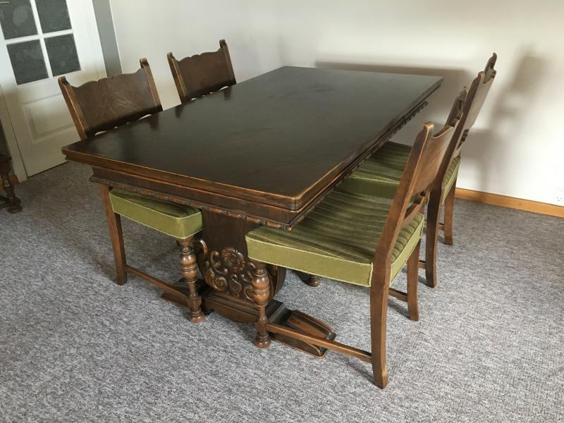 Spisebord m. 6 betrukne stole