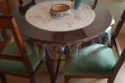 Gamle spisestuestole med bord
