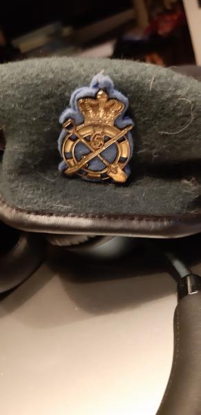 Baret med emblem
