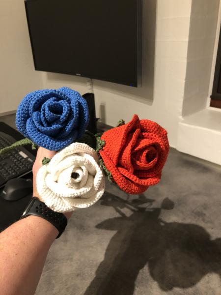 Hæklet roser sælges