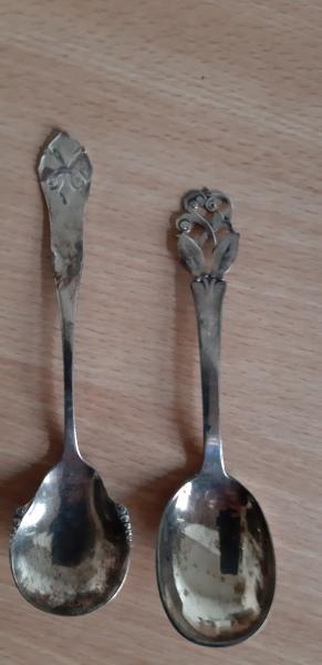 2 små sølv skeer
