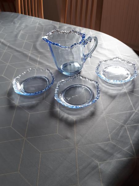 Blå glaskande med 3 isasietter