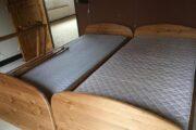 2 fyrretræssenge med madrasser