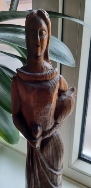 Høj, udskåret træfigur
