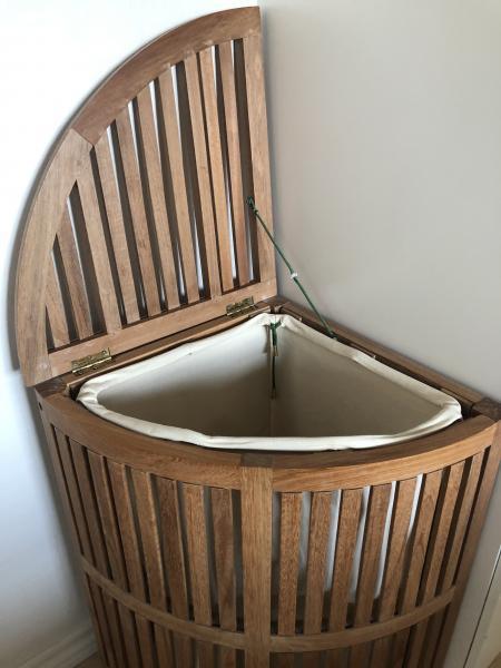 Vasketøjskurv i træ