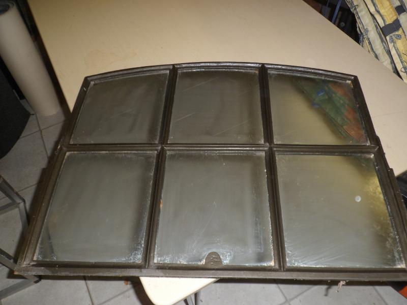Spejl i gl staldvindue, 200 kr