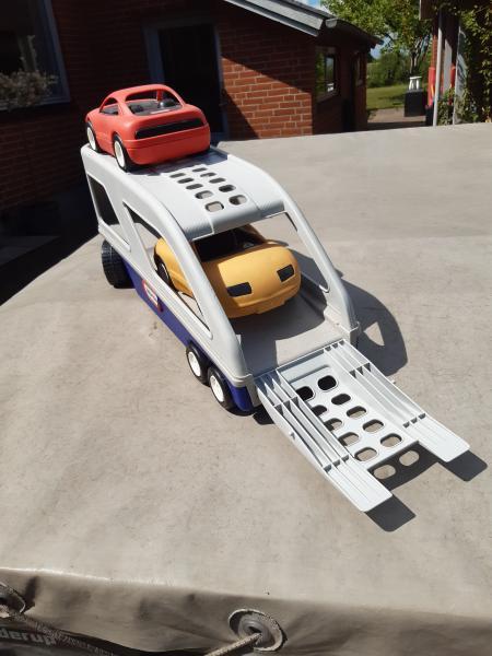Stor lastbil med 2 biler