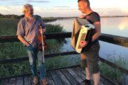 To spillemænd mødes på Kulturhusbåden i Skive Havn